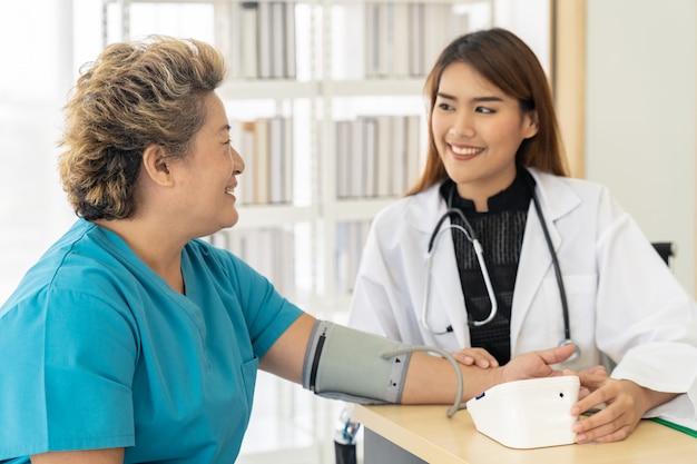 Arts onderzoekt senior vrouw
