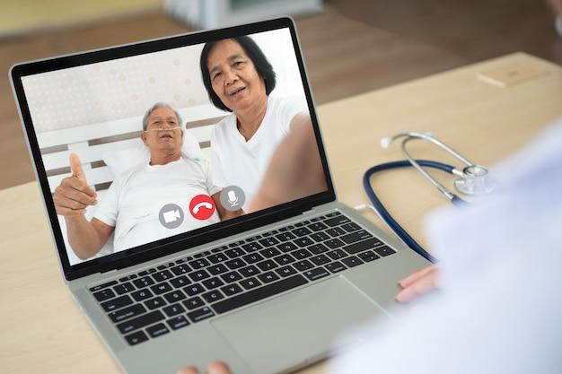 Arts online videoconferentie met de oude bejaarde patiënt om de symptomen van de ziekte te controleren en te vragen