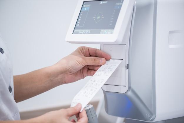 Arts-oogarts op het werk. diagnostische oogheelkundige apparatuur. geneeskunde concept