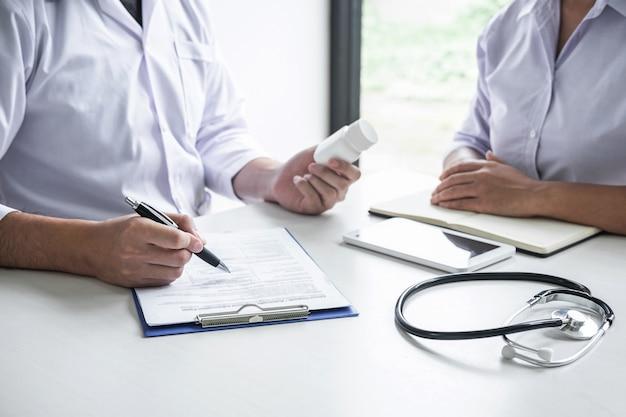 Arts overleg met patiënt en controle van de ziektetoestand tijdens het presenteren van resultaten diagnose symptoom onderzoeken over het probleem van de ziekte en adviseren behandelmethode en het gebruik van medicijnen