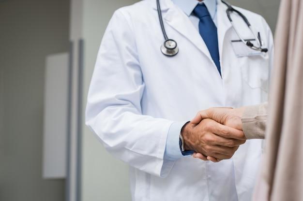 Arts patiënt handdruk