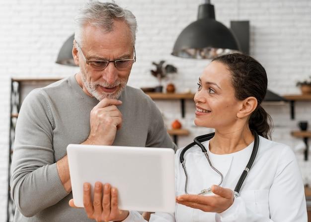 Arts poseren met haar patiënt