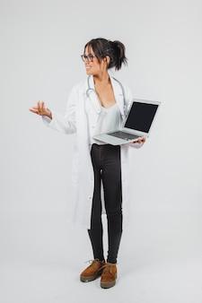Arts poseren met laptop