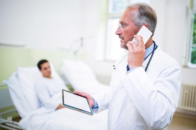 Arts praten op mobiele telefoon