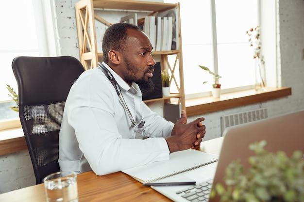 Arts raadplegen voor patiënt, kalm en opgewekt