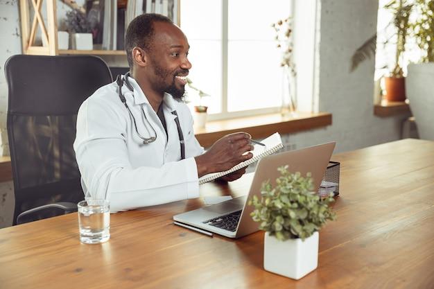 Arts raadplegen voor patiënt online met laptop