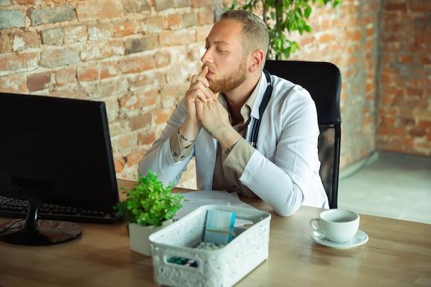 Arts raadplegen voor patiënt, werken, behandelen.