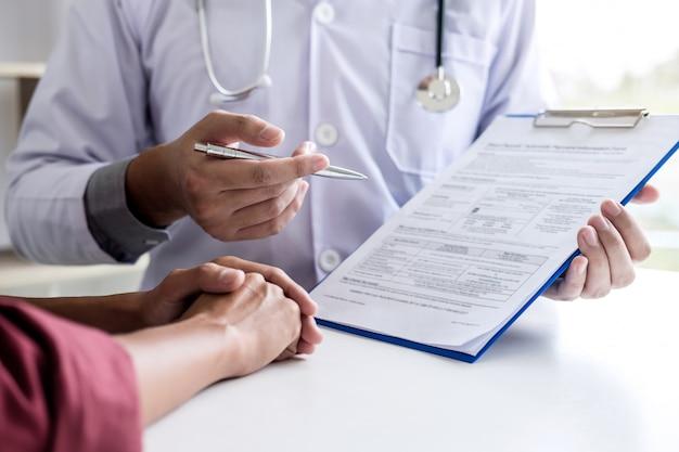Arts raadplegende patiënt die iets bespreken en behandelingsmethoden adviseren
