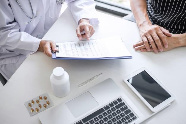Arts raadplegende patiënt die iets symptoom van ziekte bespreekt en behandelmethoden aanbeveelt