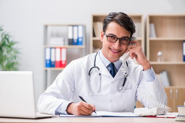 Arts raadplegende patiënt over de telefoon