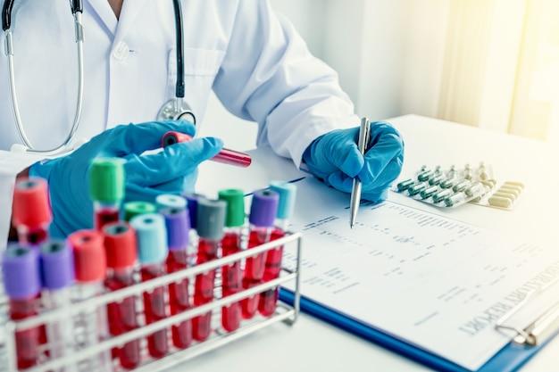 Arts registreert bloedonderzoek onderzoeksresultaten en medicatiegebruik van patiënt medische controle