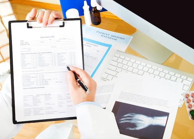 Arts schrijven recept in kliniek, ziekenhuis kabinet