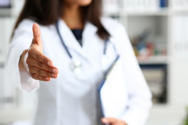 Arts schud hand als hallo met patiënt