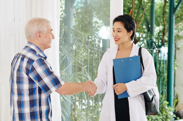Arts schudden hand van senior patiënt