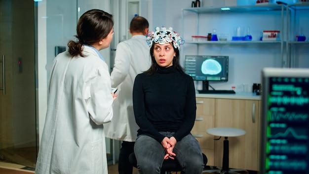 Arts-specialist in neurologische geneeskunde die gezondheidsinformatie van de patiënt typt