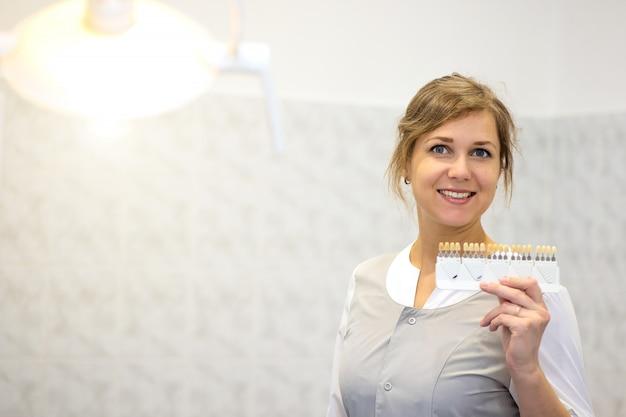 Arts toont tinten tanden kronen op een speciaal palet