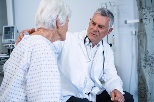 Arts troostende hogere patiënt