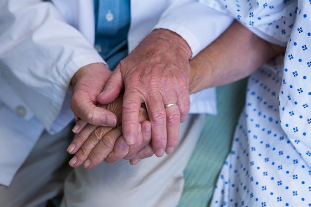 Arts troostende senior patiënt in het ziekenhuis