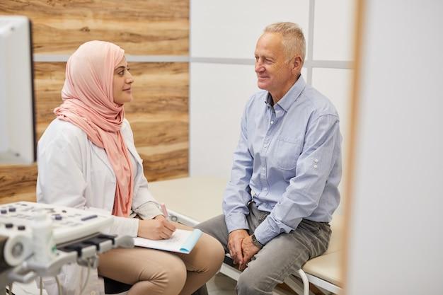 Arts uit het midden-oosten die met hogere patiënt spreekt