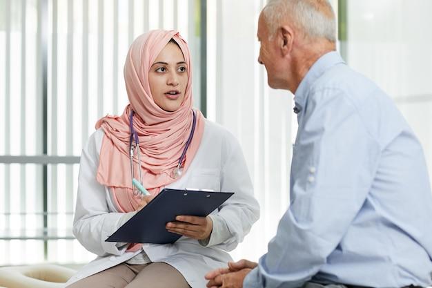 Arts uit het midden-oosten die met patiënt spreekt