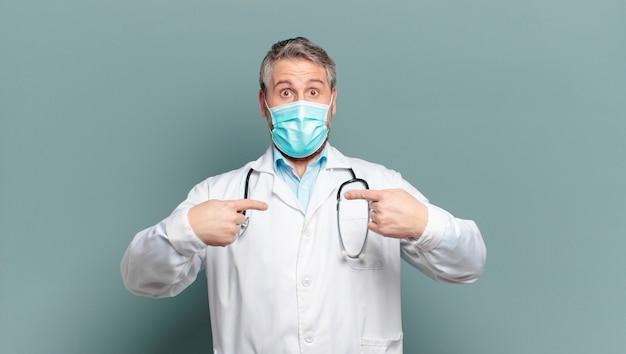 Arts van middelbare leeftijd met een beschermend masker