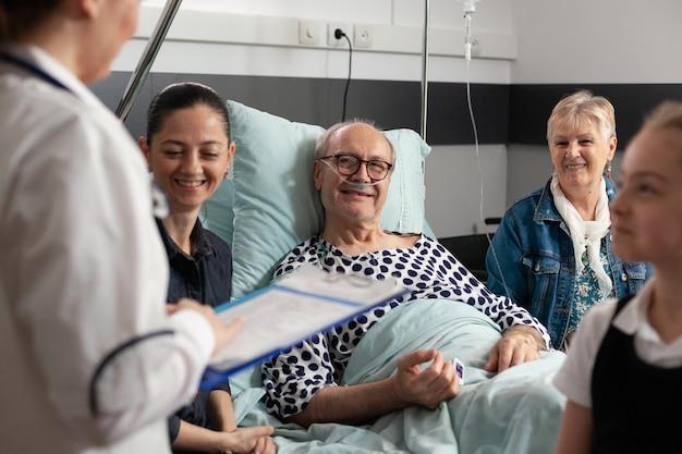 Arts vrouw arts bespreken gezondheidszorg behandeling met bejaarde zieke grootvader