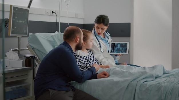 Arts-vrouw arts die medische radiografie uitlegt over de behandeling van de gezondheidszorg