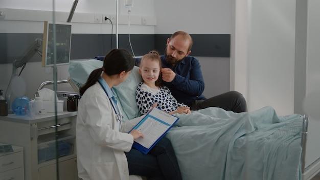 Arts-vrouw arts die ziektesymptomen controleert die antibioticabehandeling schrijven