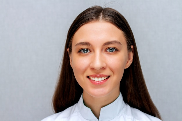 Arts vrouwelijk portret op een witte laag