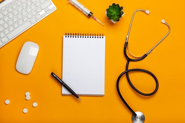 Arts werkruimte met medische apparatuur op gele tafel
