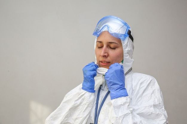 Arts zet medische apparatuur in het ziekenhuis