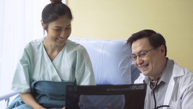Arts zorgt voor de patiënt in het ziekenhuis of medische kliniek. gezondheidszorg concept.