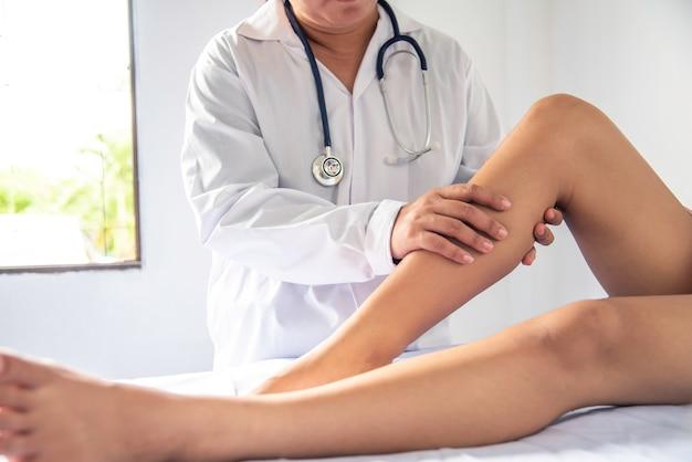 Artsen behandelen patiënten met beenletsel
