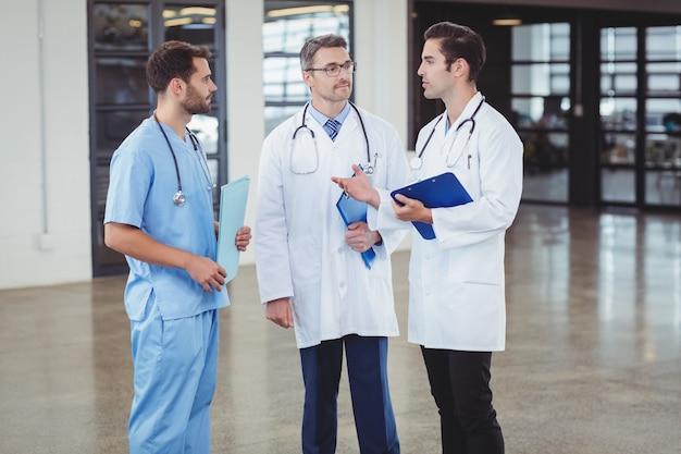 Artsen bespreken terwijl je staat