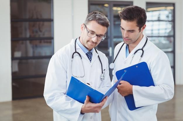 Artsen bespreken terwijl klembord