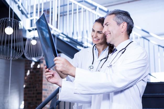 Artsen die bijlrapport over trap in het ziekenhuis onderzoeken