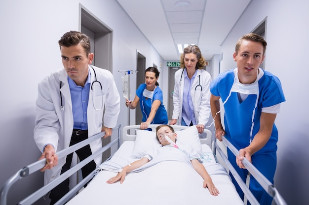 Artsen die brancard in noodsituatie duwen