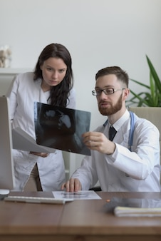 Artsen die darmen bespreken