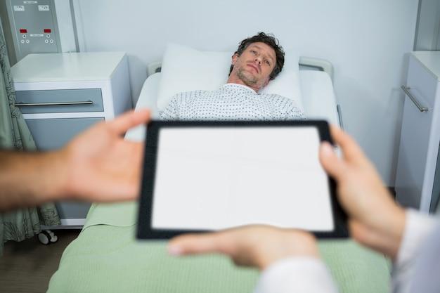 Artsen die digitale tablet in afdeling gebruiken