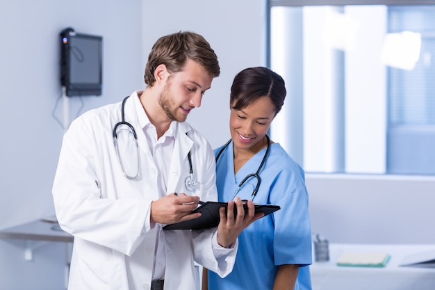 Artsen die discussie over klembord