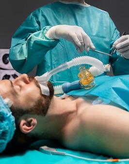 Artsen die een chirurgische ingreep bij een patiënt uitvoeren