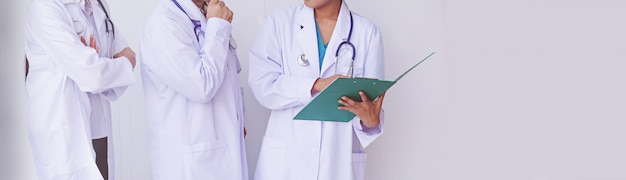 Artsen die een klembord met recept, conceptengroepswerk houden