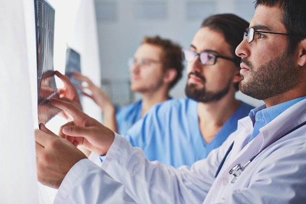 Artsen die een x-ray