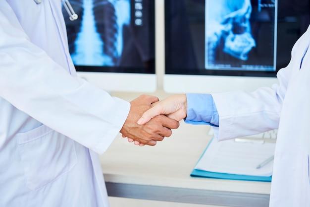 Artsen die handen schudden bij het ziekenhuis