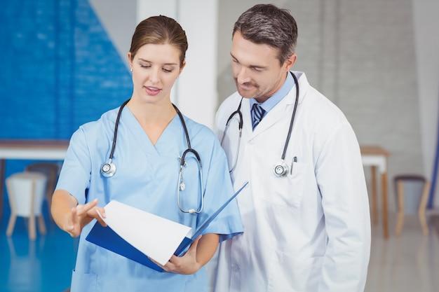Artsen die klembord houden tijdens het onderzoeken