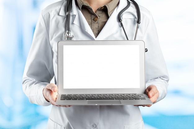 Artsen die laptop op het werk met behulp van