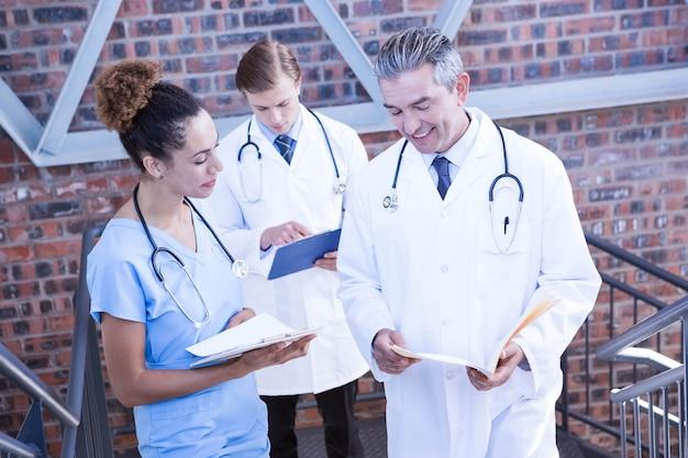Artsen die medisch rapport over trap in het ziekenhuis bespreken