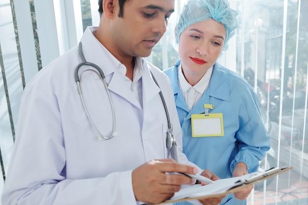 Artsen die medische geschiedenis lezen