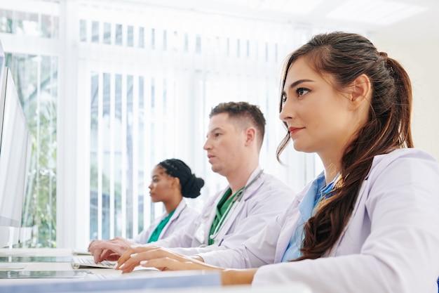 Artsen die op de computer werken