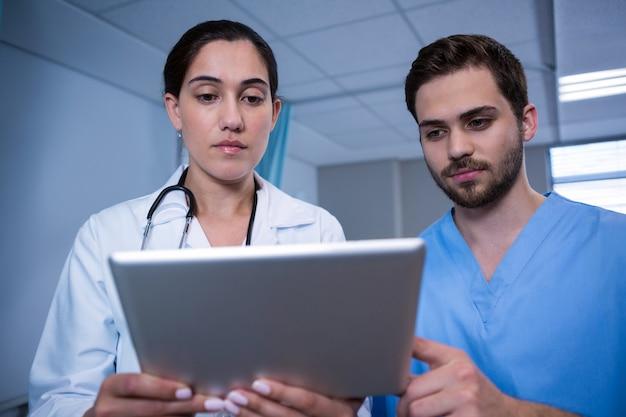Artsen die over digitale tablet bespreken